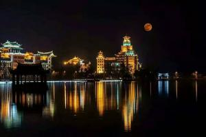 集美龙舟池70年最大的超级大月亮_集美龙舟池