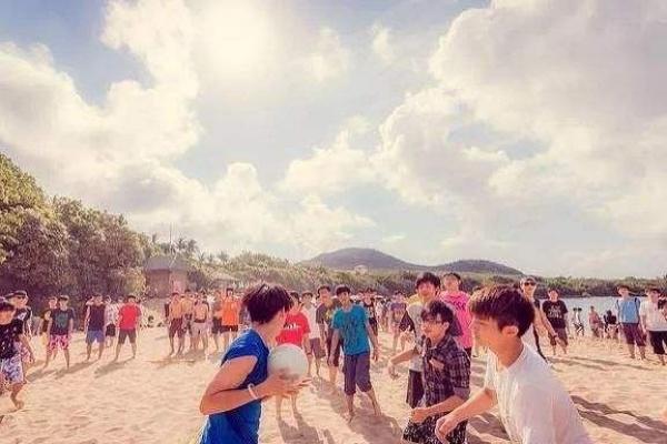 既然已经承包了这片沙滩,就应该好好利用。触式橄榄球、躲避球都是经典项目,不存在性别压制,男