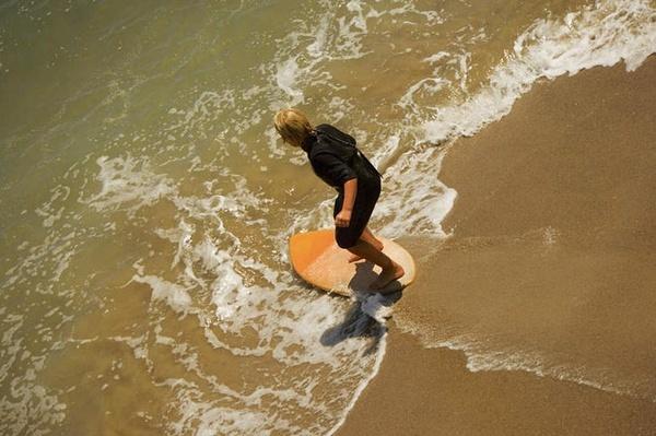 沙 板 体 验 原价:128元/小时 现价:1元起拍  Skimboard,浅滩冲浪有些冲浪和滑板相同的共性,